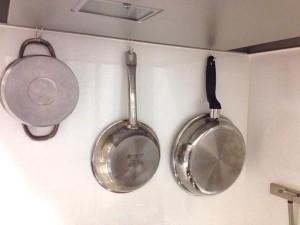 無印横ブレしにくいフックで鍋収納